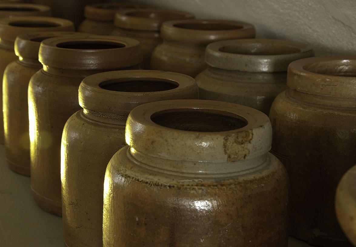 Potten voor zuurkool en dergelijke, in de kelder van de Oudheidkamer, Den Burg, Texel